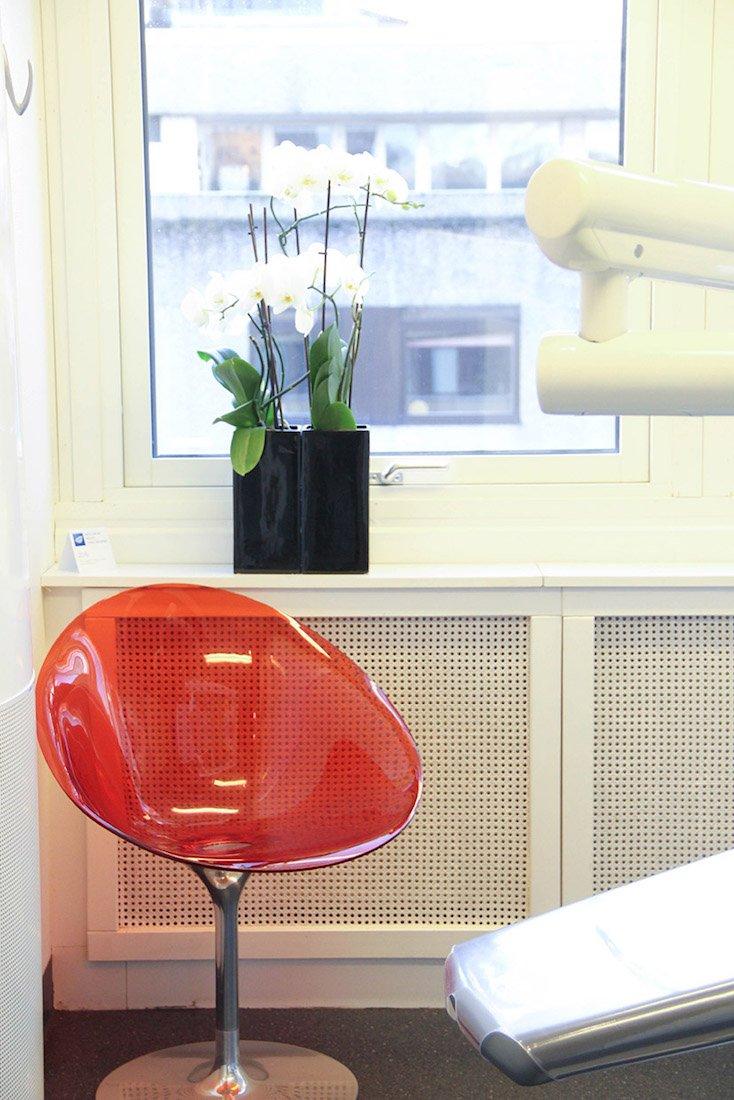 Röd stol och orkidé